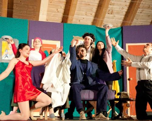 Rumori fuori scena: una commedia esilarante per una classe esuberante